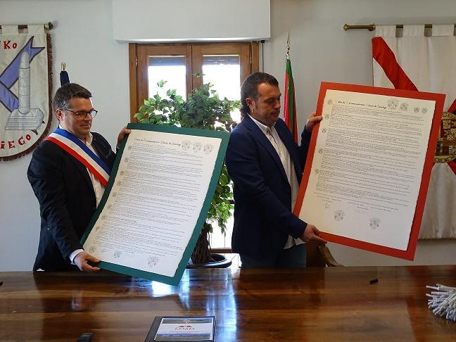 1-JUMELAGE-Signature-de-la-Charte-de-Jumelage-entre-Elciego-et-Cussac-Fort-Medoc-1