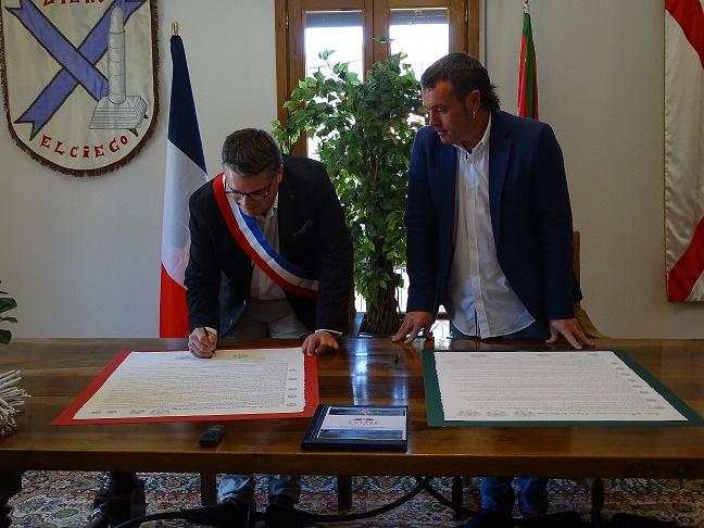 1-JUMELAGE-Signature-de-la-Charte-de-Jumelage-entre-Elciego-et-Cussac-Fort-Medoc-2